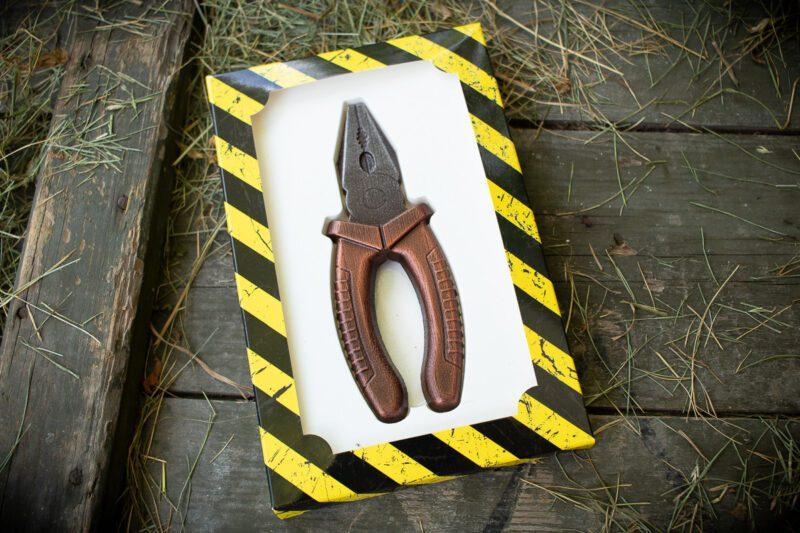 Инструмент из шоколада Пассатижи
